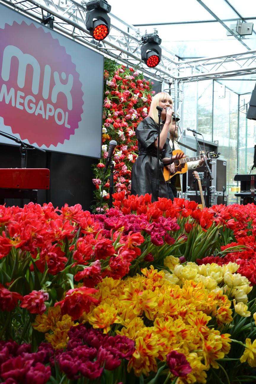 Anna Bergendahl uppträder på Blomsterfrämjandets och MixMegapols tulpankonsert