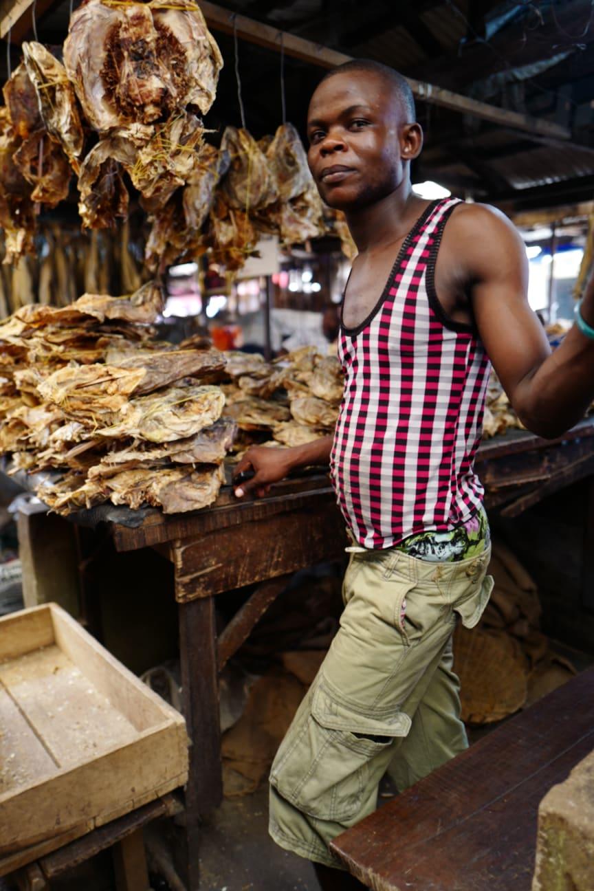 Tørrfiskselger på marked i Nigeria