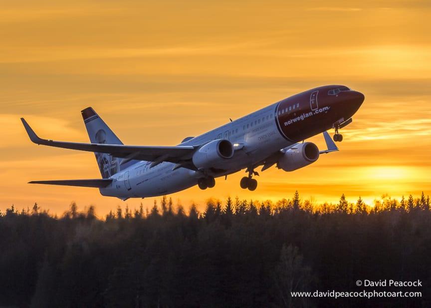 Norwegian nousu auringonlaskussa