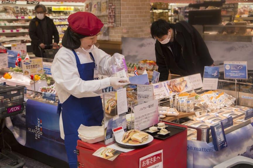 servering av makrellsandwich i japansk butikk