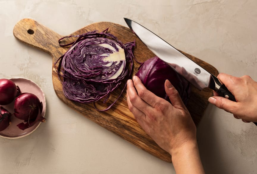 Knives_1948_Chef-Knife_W20CK_w_redcabbage_landscape_sRGB