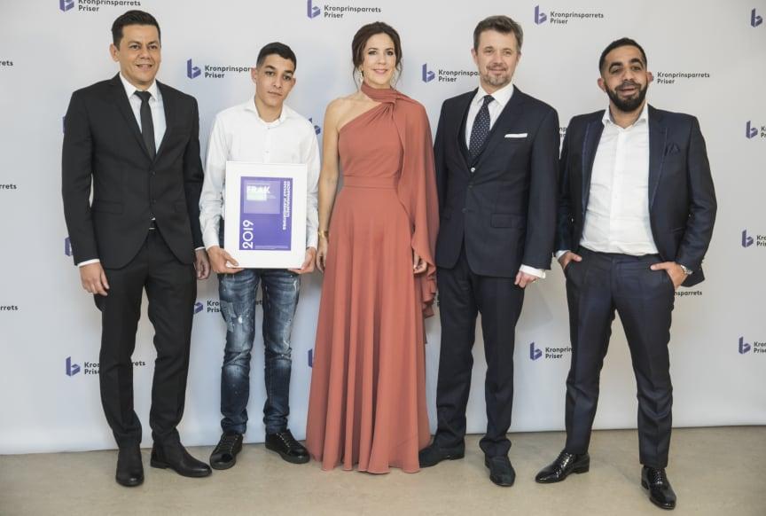 Den socialøkonomiske virksomhed FRAK modtog Kronprinsparrets Sociale Stjernedryspris 2019 for at bygge afgørende bro til nye netværk, som leder de unge fra udsatte boligområder på en positiv vej ind i voksenlivet.