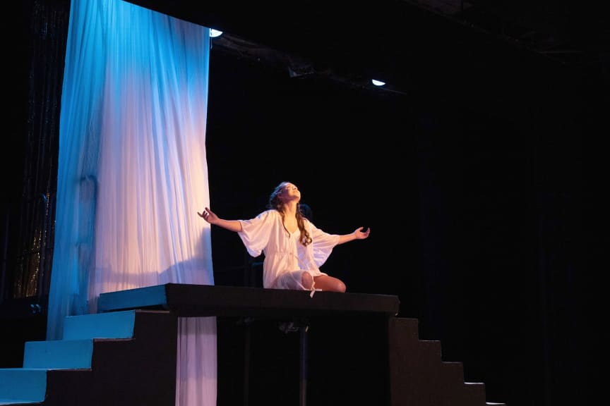 Shakespeares Night_Julia auf Balkon_Laura Pfaehler