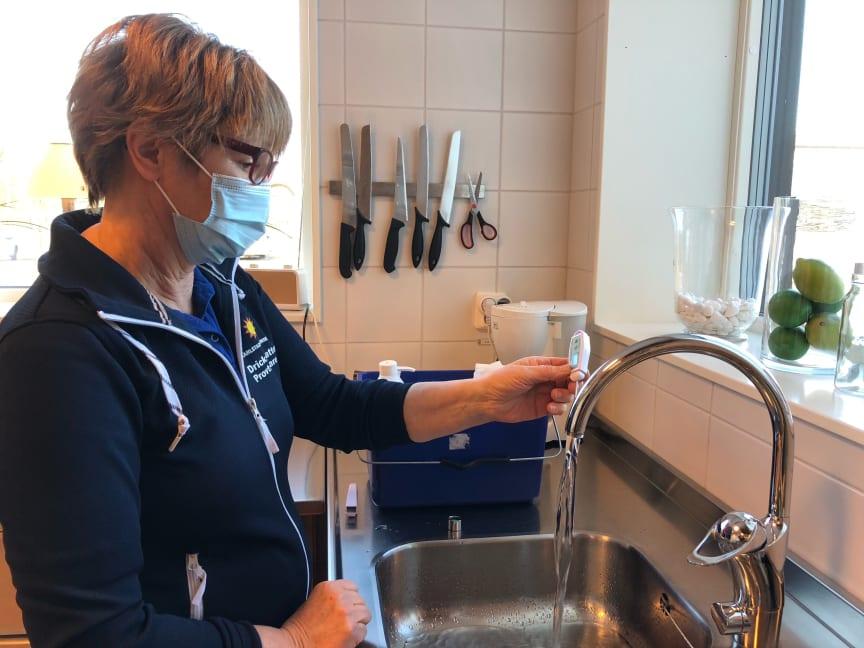 Maria Röjder provtar vatten.jpg