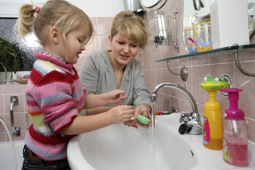 Händewaschen nicht vergessen, Mädchen mit Mutter