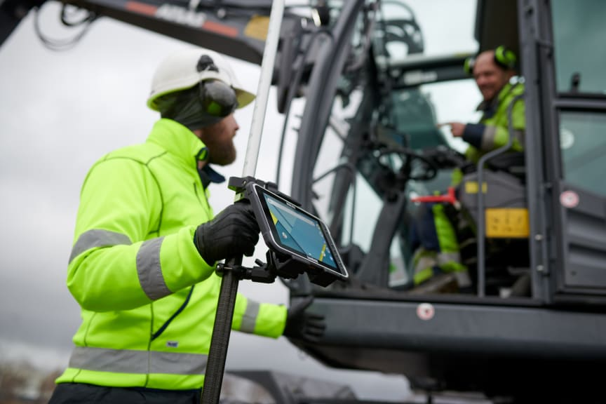 Algiz-rt8-rugged-tablet-GIS-workers