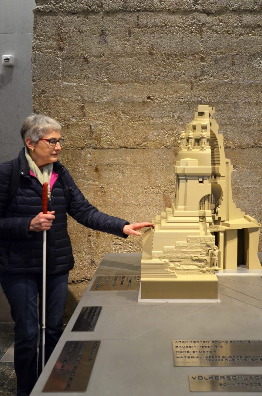 Renate Lehmann vom Blinden- und Sehbehindertenverband ertastet das neue 3D-Modell des Völkerschlachtdenkmals