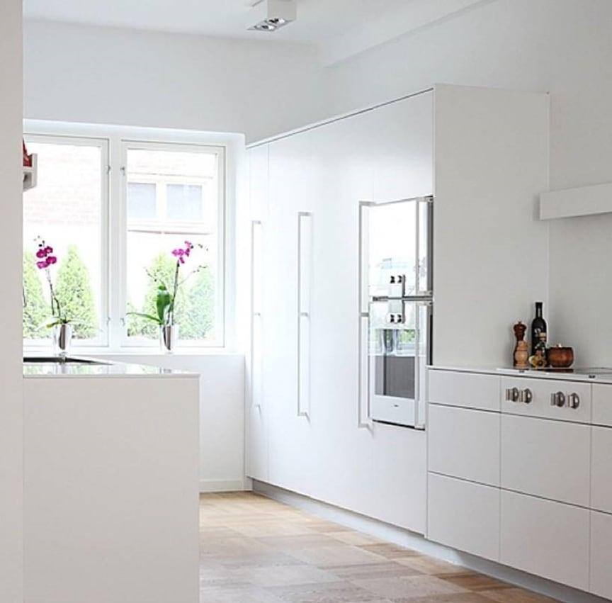 Lindö ren hvid fra Kvänum med Corian bordplade