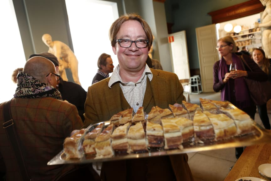 Jens Linder med ett fat engelsk pork pie på Svenskt Kötts pressträff om svensk gris