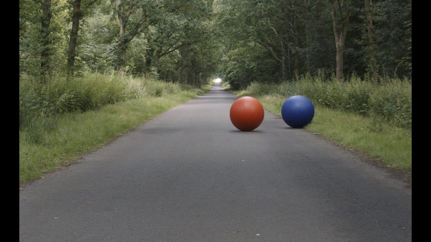 'Red and Blue Ball', video af Billie Maya Johansen