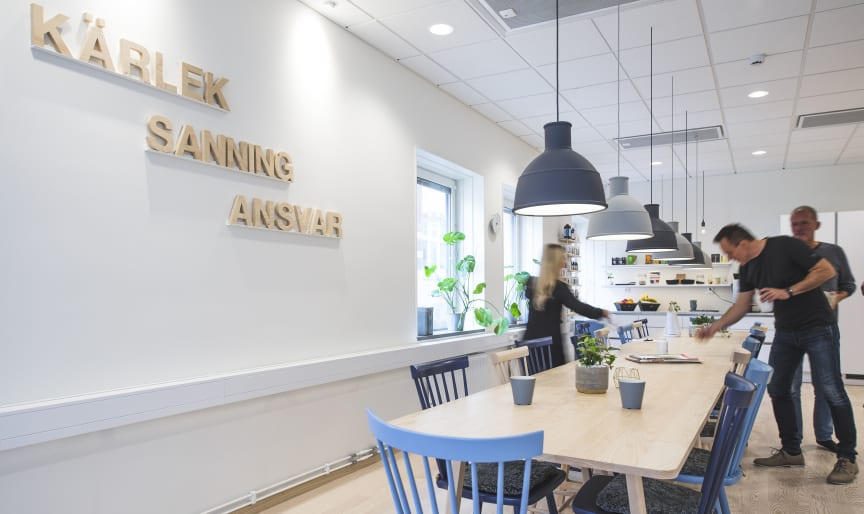 Holistics kök med företagets värdeord på väggen