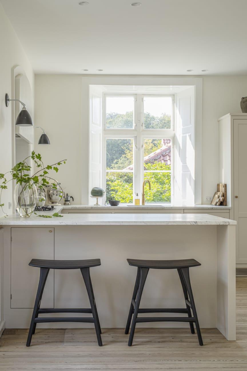 Køkkenet har en halvø med plads til to barstole.