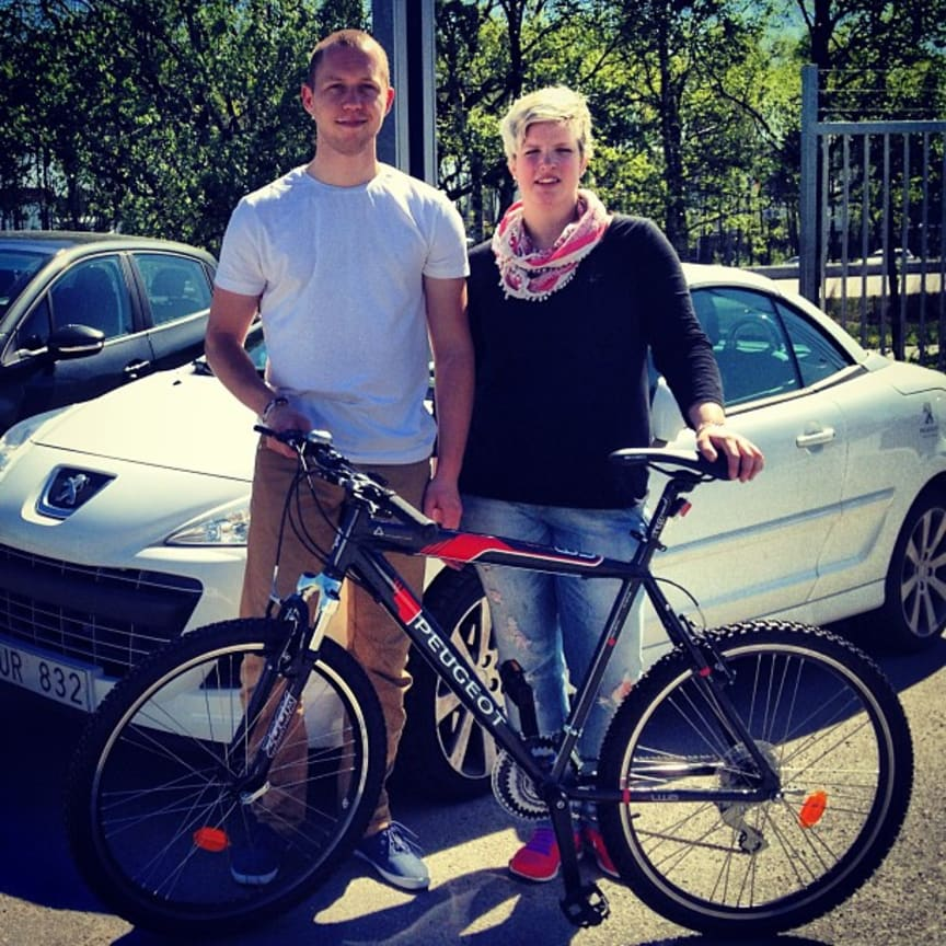 Martin Svensson och Cathrine Hedberg från organisationen Ung cancer deltar i årets Vätternrundan