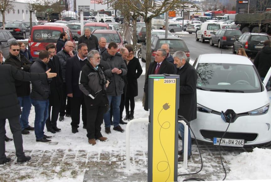 Vor seinem Netzcenter in Weiden nahm das Bayernwerk im Beisein der Bürgermeister aus der Region eine neue E-Ladesäule in Betrieb.