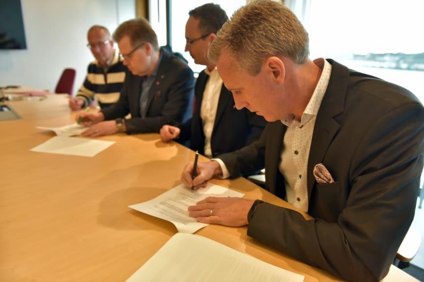 Andreas Meyer, VD på Skåneporten AB, undertecknar markanvisningsavtal med Karlshamns kommun
