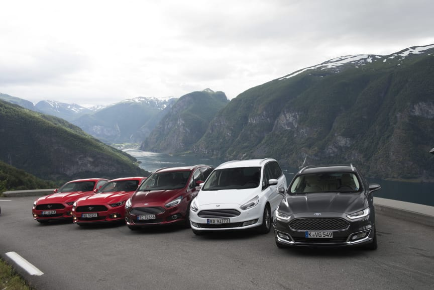 En høst med mange nyheter fra Ford; fra venstre nye Mustang, nye S-MAX, nye Galaxy og nye Mondeo Vignale. Bildet er tatt med Aurlandsfjorden i bakgrunnen.
