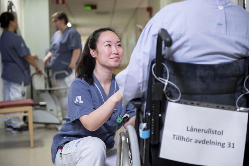 Leg sjuksköterskan Helén Han tar hand om en patient på avdelning 31, Danderydsgeriatriken.