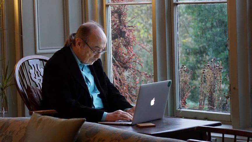 Eldre mann ved PC.jpg