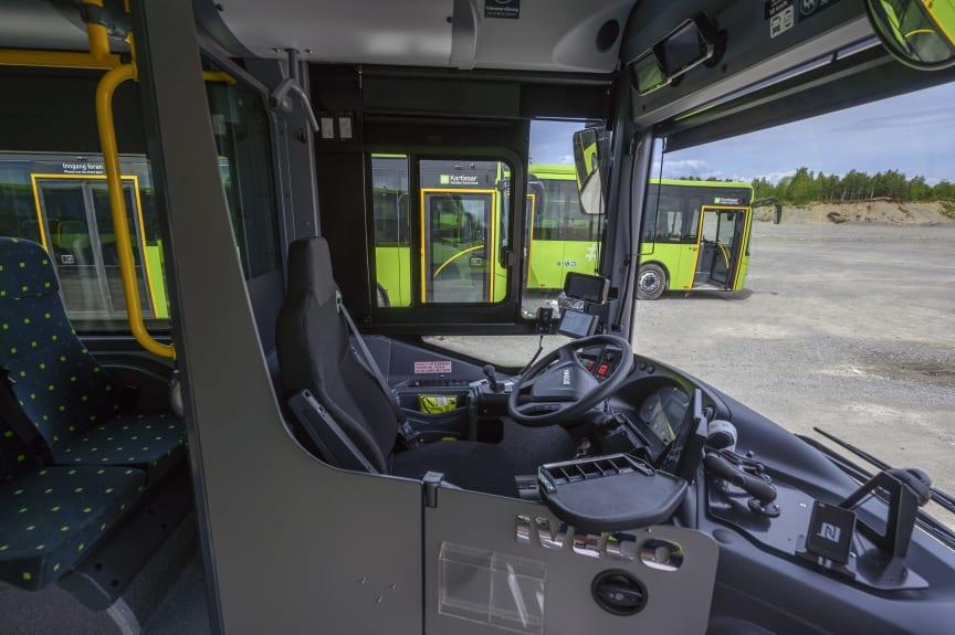 Hensynet til sjåføren er vel ivaretatt med en moderne og godt skjermet førerplass.