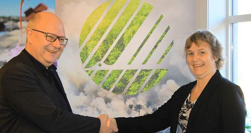 Administrerende direktør Anita Winsnes i Miljømerking Norge og avdelingsleder i Norsk Byggtjeneste AS, Ole Gunnar Honningsøy.