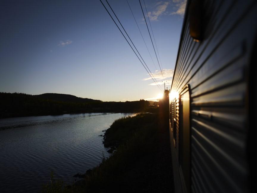 SJ nattåg i skymningsljus