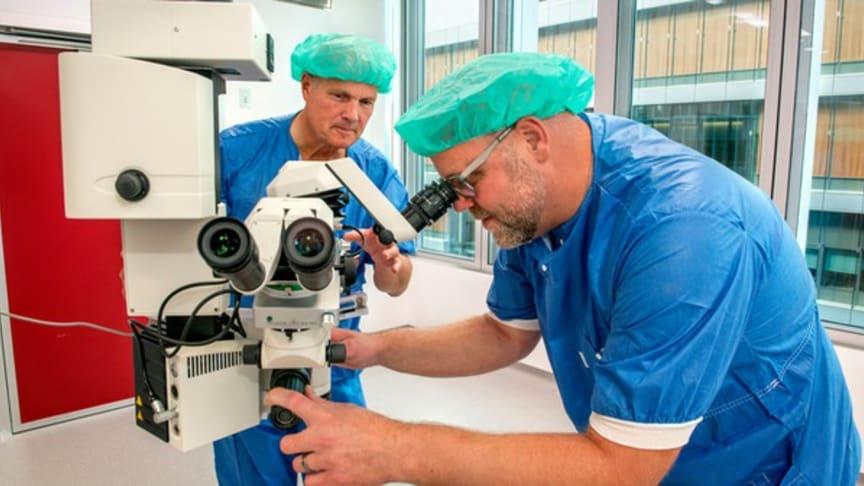 Michael Gårdebäck och Jonas Lübcke vid mikroskop operation_MND_brodtext_599x337.jpg