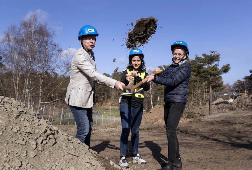 Första spadtaget av de nya bostadsrätter i Övre Lövgardet: Mikael Dolietis, vd Egnahemsbolaget och Ann-Sofie Hermansson, kommunalstyrelsens ordförande Göteborgs Stad