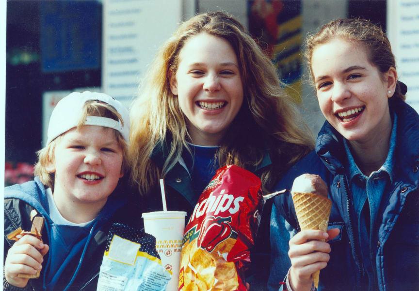 Kinder mit Fastfood