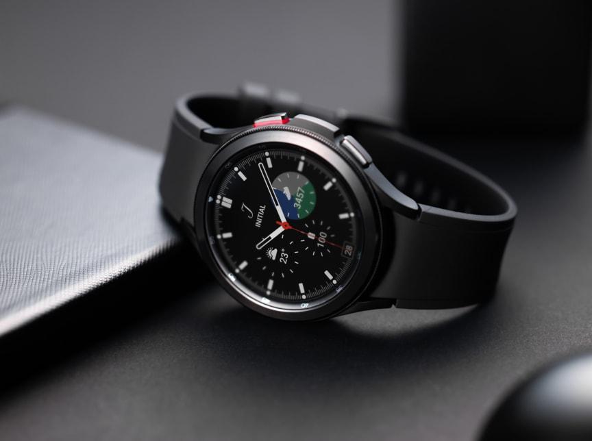 4. Galaxy Watch4_Product_Classic.jpg