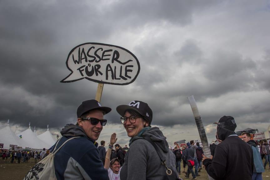 Ehrenamtliche Supporter auf Becherjagd auf dem Southside Festival