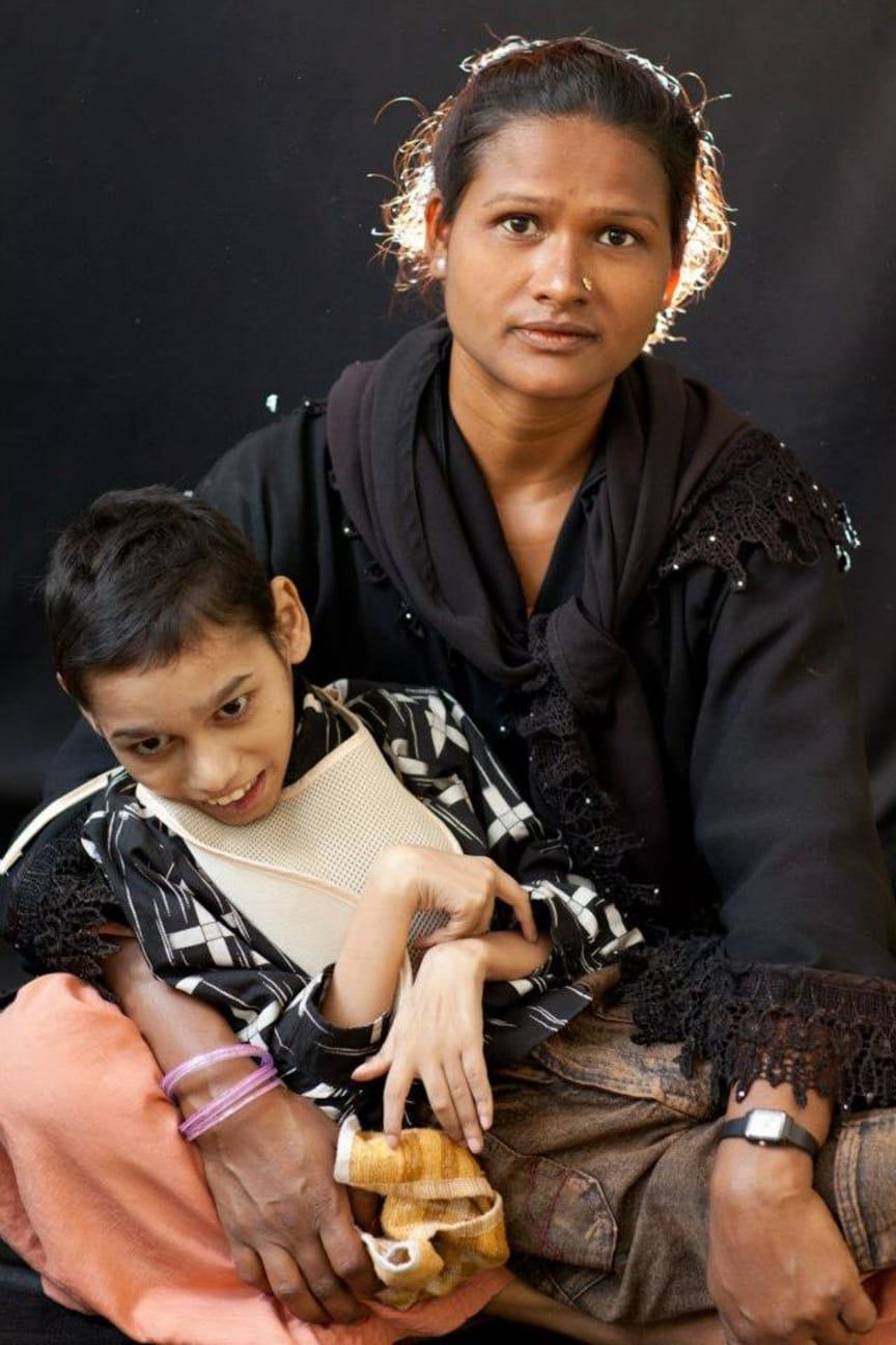 Mother and child at Chingari Trust, Bhopal. Photo Alex Masi