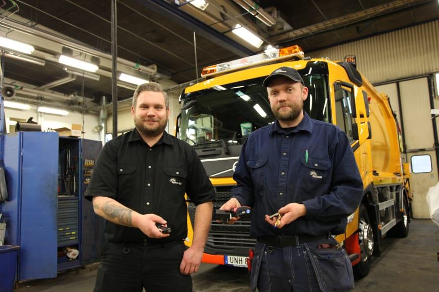"""Dennis Pettersson, verkmästare, och Jonathan Dahlgren, fordonsmekaniker, med nyckel och delar till """"Leave and Lock""""-systemet."""