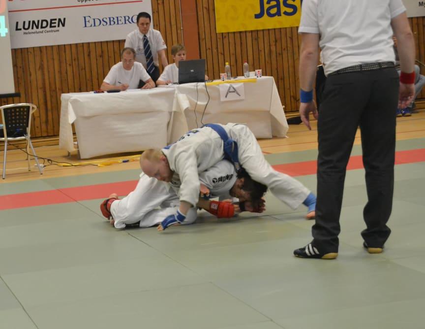 Karl Dahlgren jagar armlås i matchen mot Claes Gååse från Dynamix Köping.