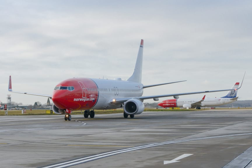737-800 taxiing at Gatwick