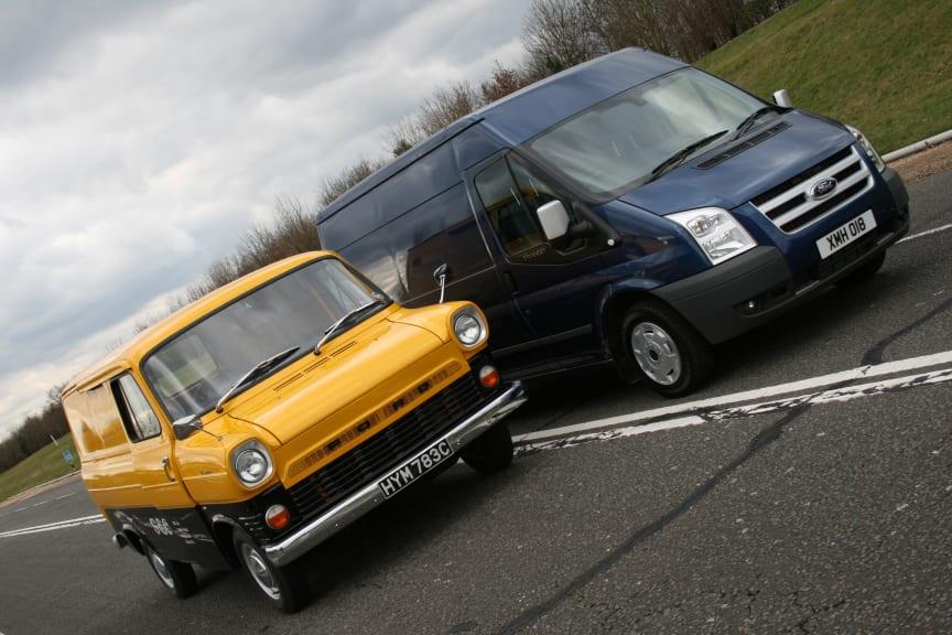 Ford Transit 6. generasjon avbildet ved siden av 1. generasjon Transit (2006 - 2013)