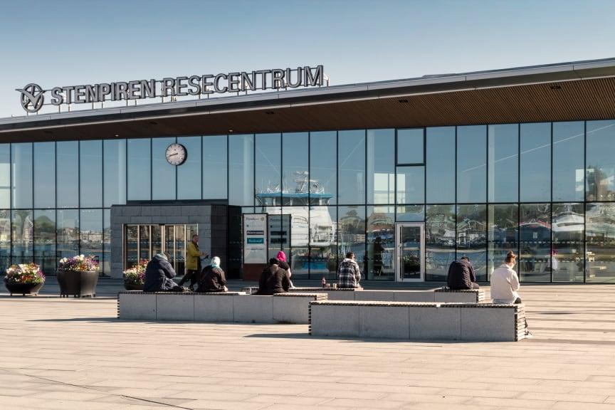 Resenärer håller avstånd på Stenpirens hållplats, Göteborg.