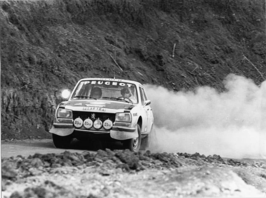 """Ove """"Påven"""" Andersson och Hertz med Peugeot 504, vinnare i Safarirallyt 1975"""