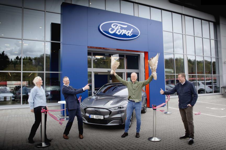 Einar Flåte Norges første Mustang Mach-E kunde 2021, fv. informasjonsdirektør i Ford Motor Norge, Anne Sønsteby, administrerende direktør i Ford Motor Norge, Per Gunnar Berg, Einar Flåte og adm. dir i Røhne Selmer, Kjetil Hagestande