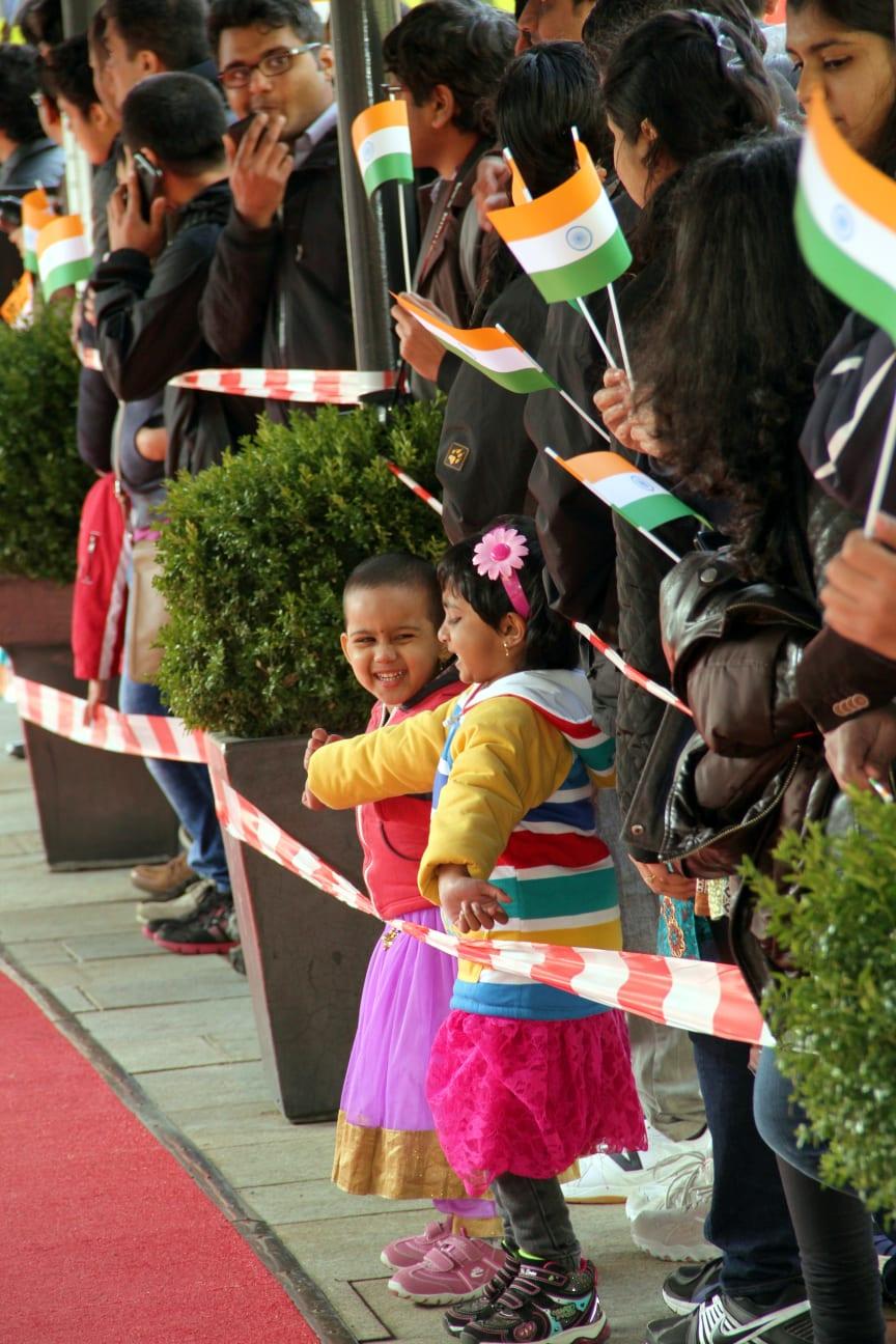 Große und kleine Fans warten auf Premierminister Modi