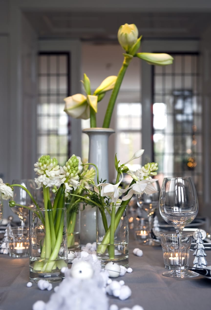 Dukning med vita blomsterlökar