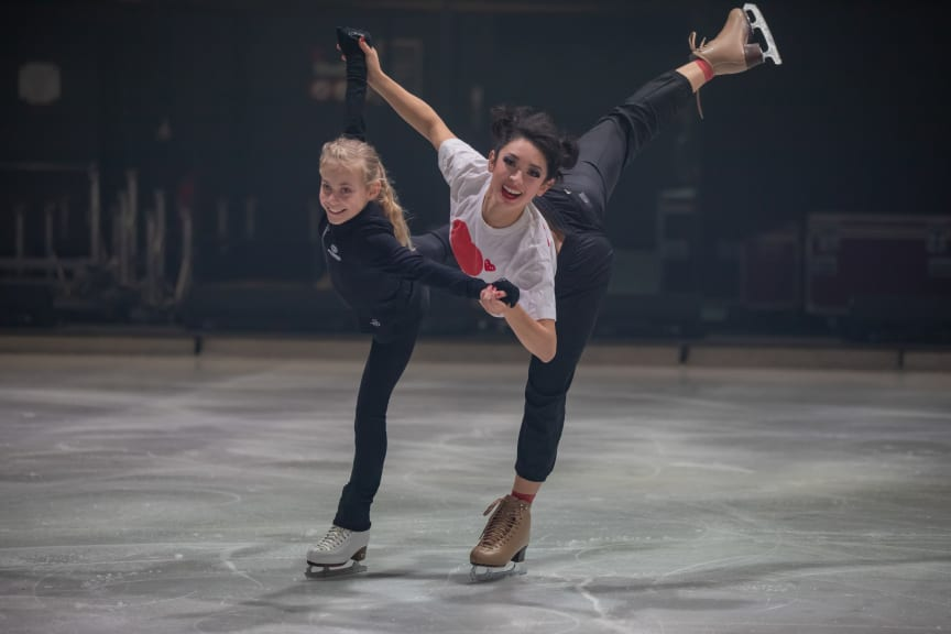 ACADEMY Talent Leony Hinz mit HOLIDAY ON ICE Skatern bei den finalen SHOWTIME Proben in Antwerpen