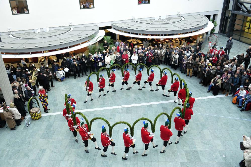 c40821679a8b33 Der Tanz der Fasshersteller ist der einzige noch bestehende öffentliche  historische Münchner Handwerksbrauch. Die Schäffler tanzen auch mehrmals in  den ...