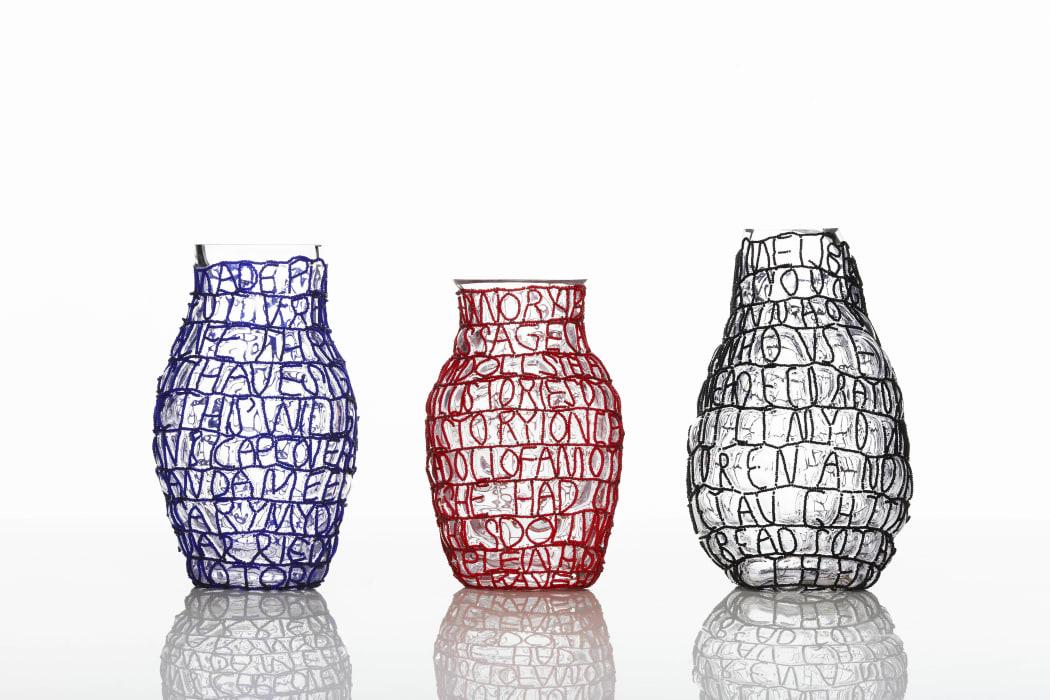 story vase blue red black