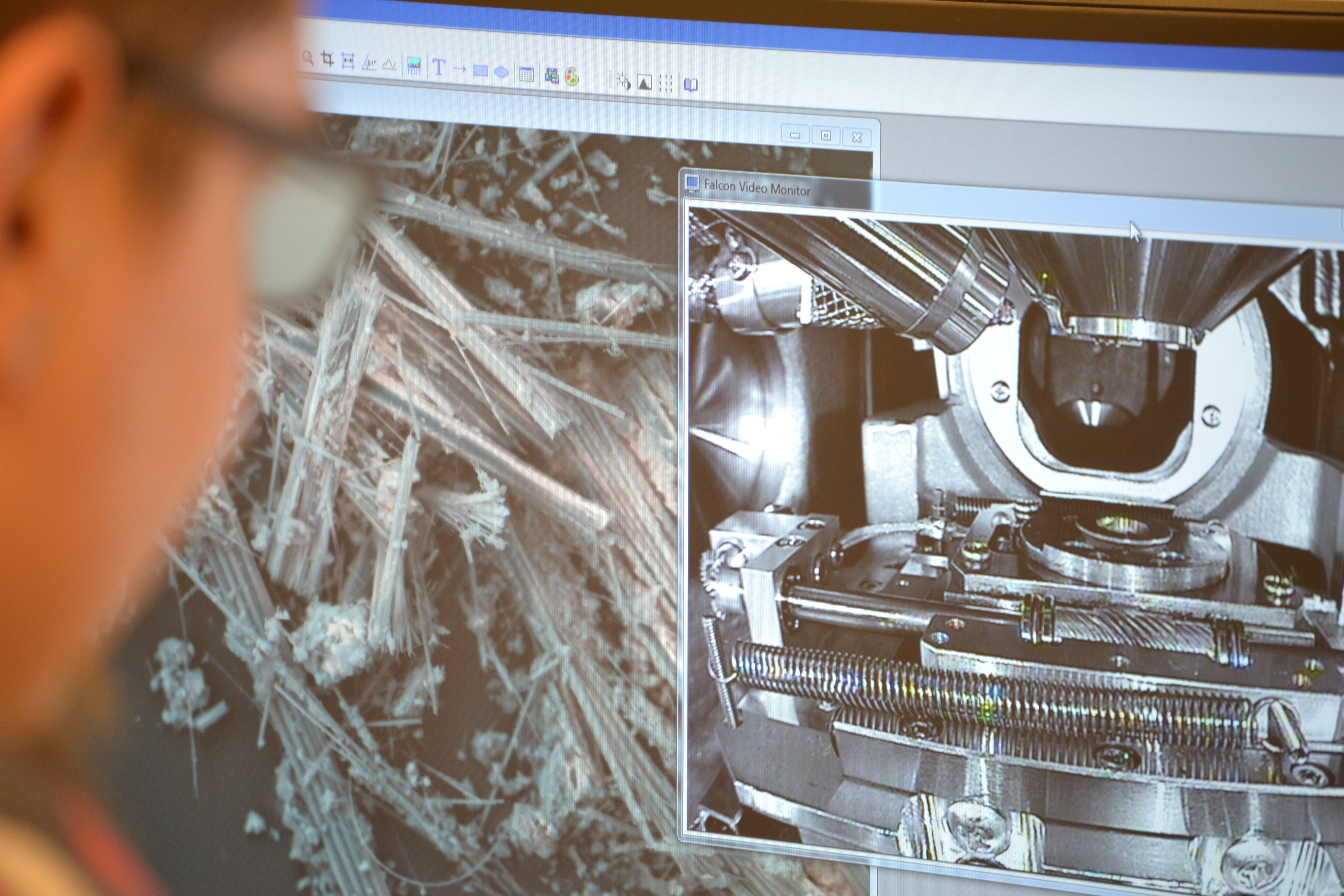 Kiinteistötutkimuslaboratorion asiantuntija tutkimassa asbestinäytettä elektronimikroskoopilla.
