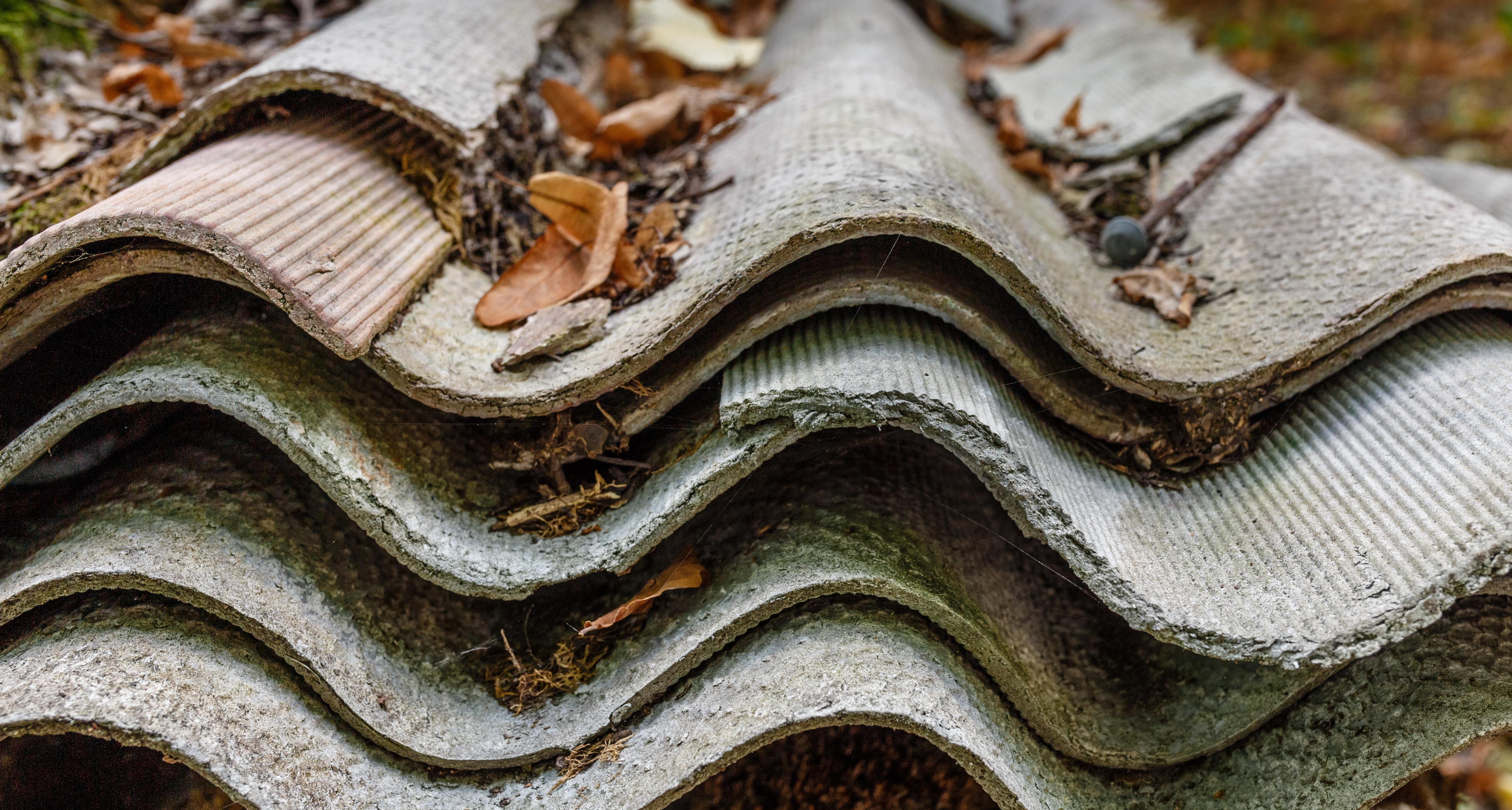 Asbestia on käytetty mm. kattomateriaaleissa.