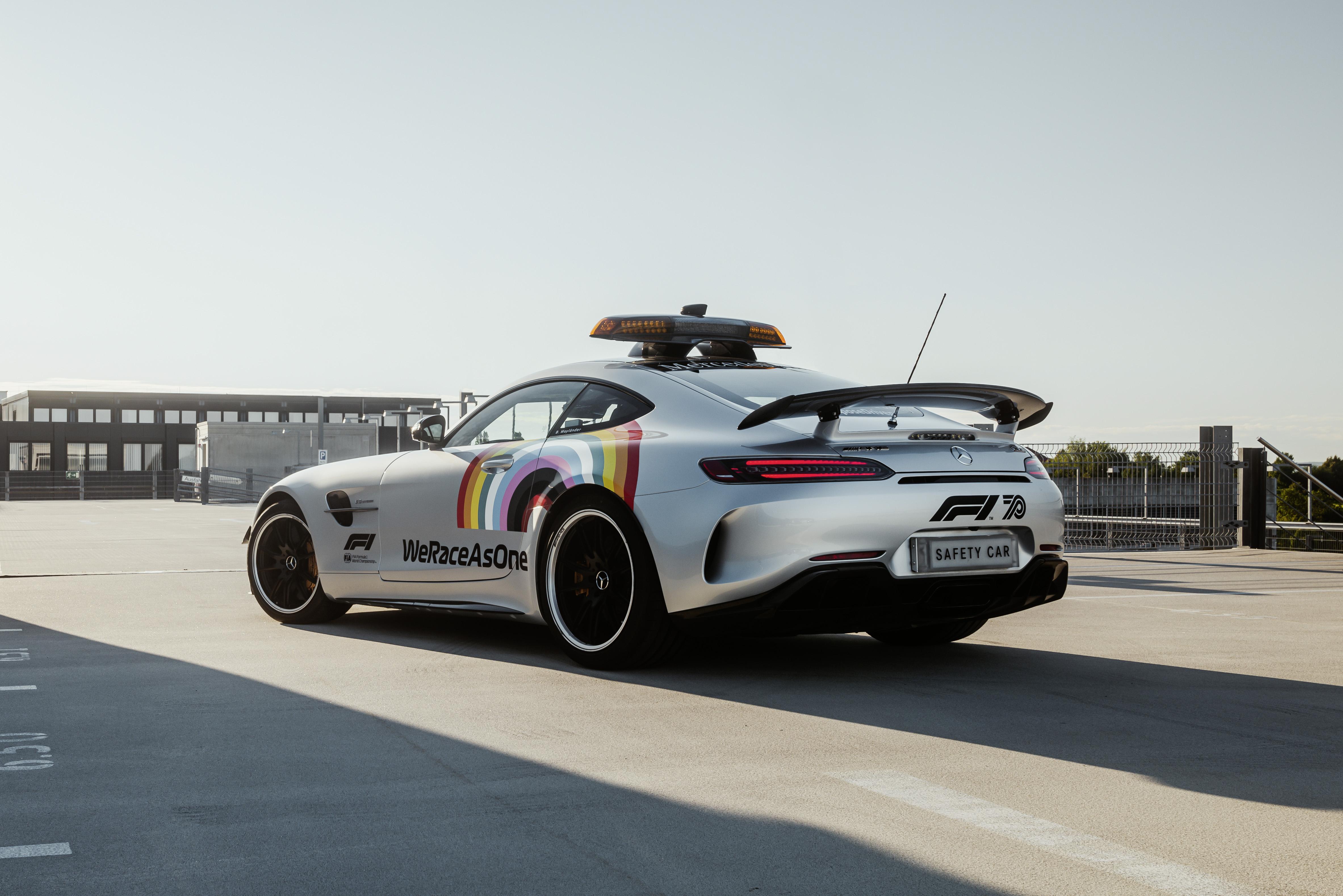 Regnbågsbil från Mercedes-Benz tar täten i Formel 1
