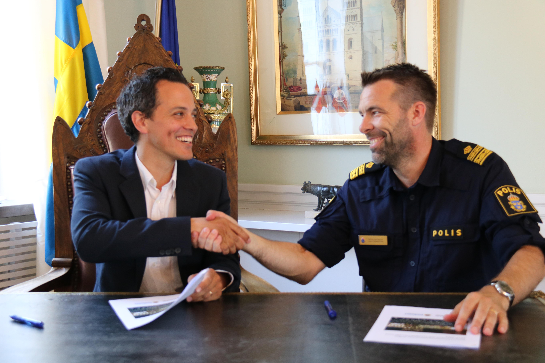 Philip Sandberg (L) kommunstyrelsens ordförande i Lund och Patrik Isacsson, lokalpolisområdeschef i Lund skriver under samarbetsöverenskommelsen idag på Rådhuset.