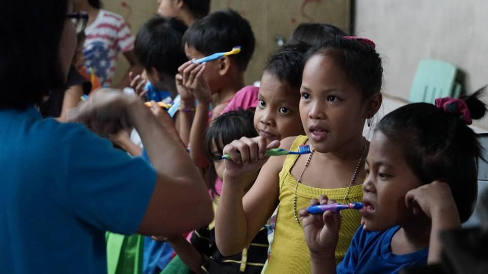 Help at Hand hjälper barn på soptipp i Manila till bättre tandvård