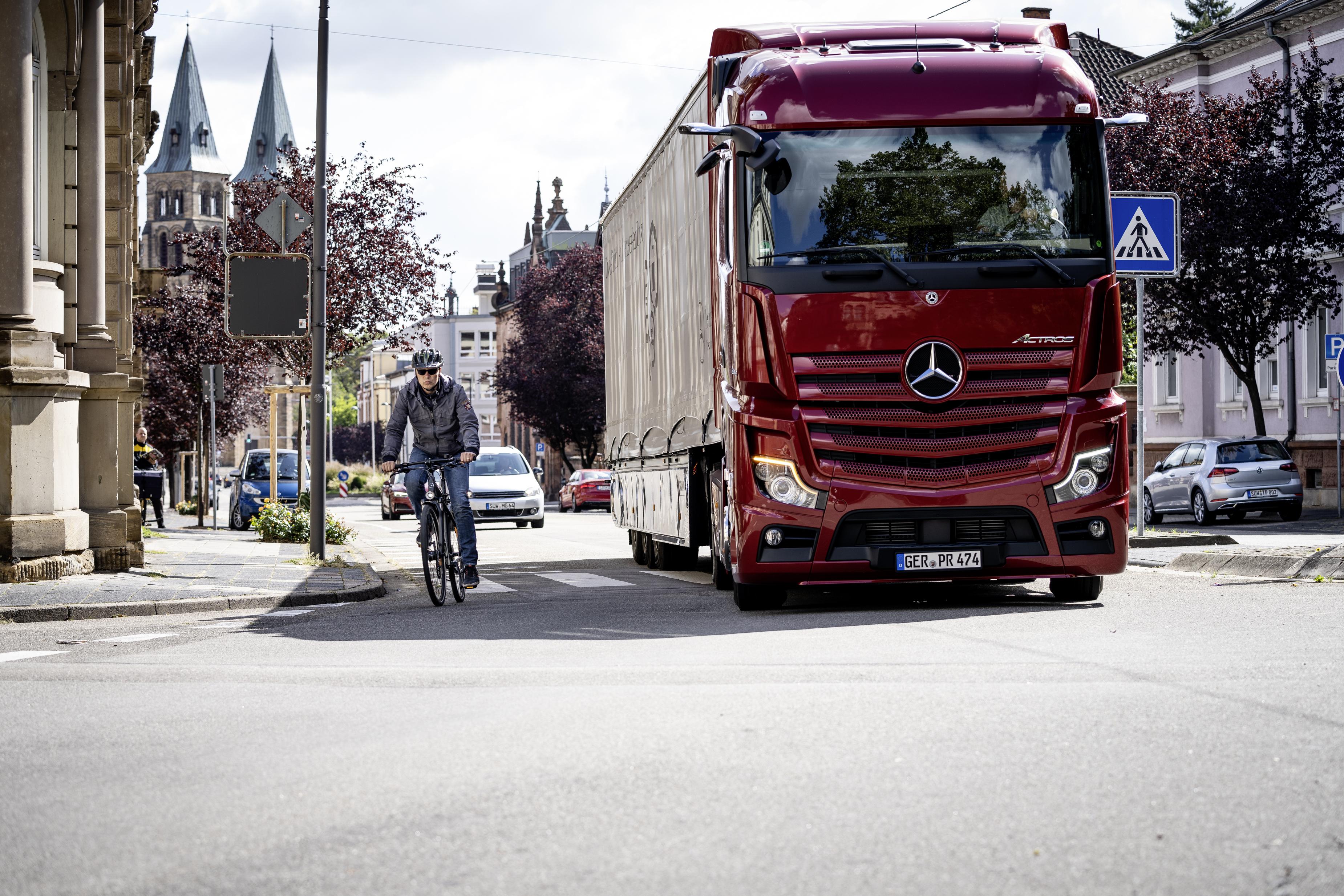 Mercedes-Benz lanserar eftermontering av dödvinkelassistent för tunga lastbilar.