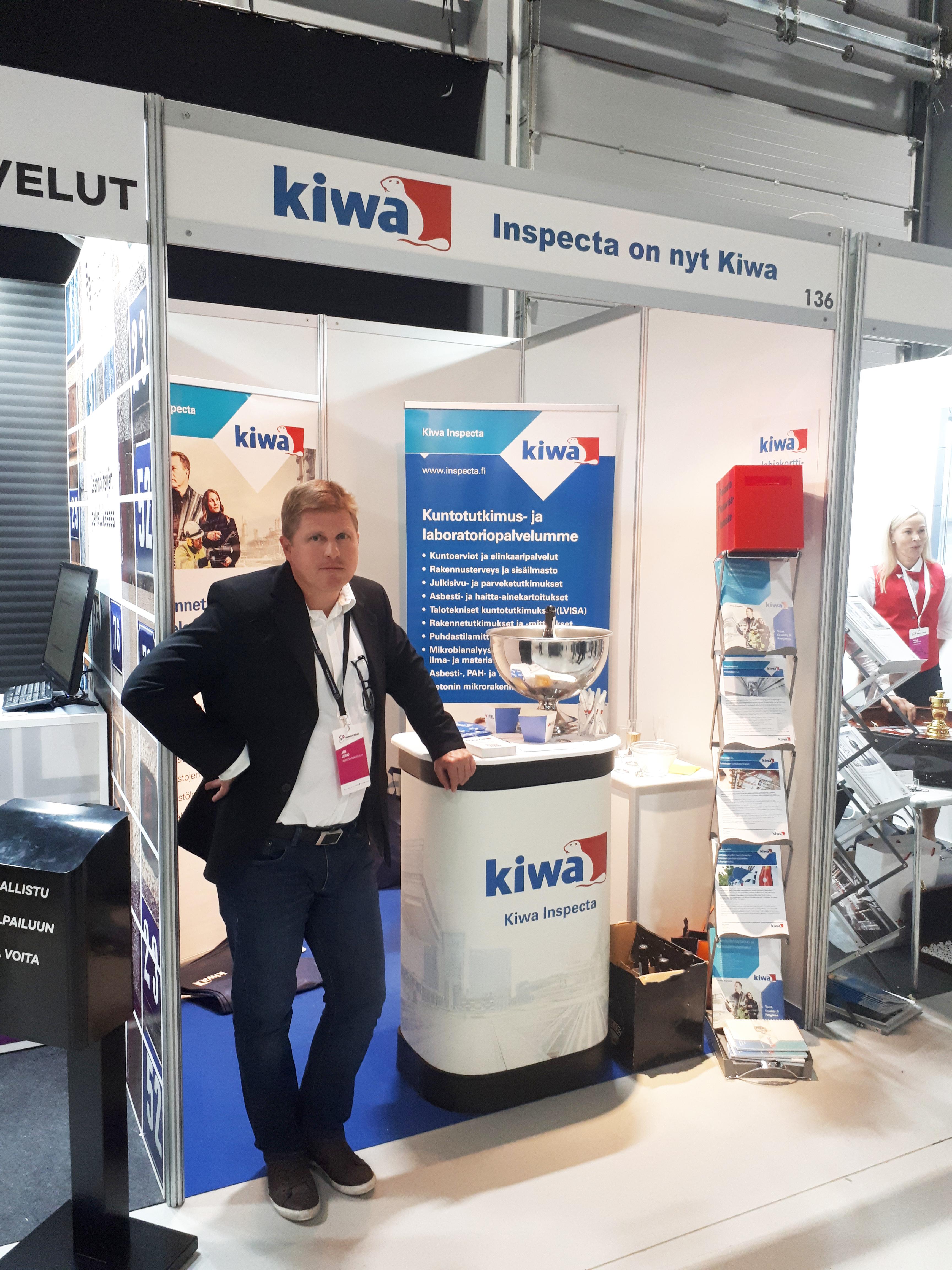 Kiwa Inspectan Jan Leino esittelemässä kuntotutkimus- ja tarkastuspalveluita Isännöintipäivillä.